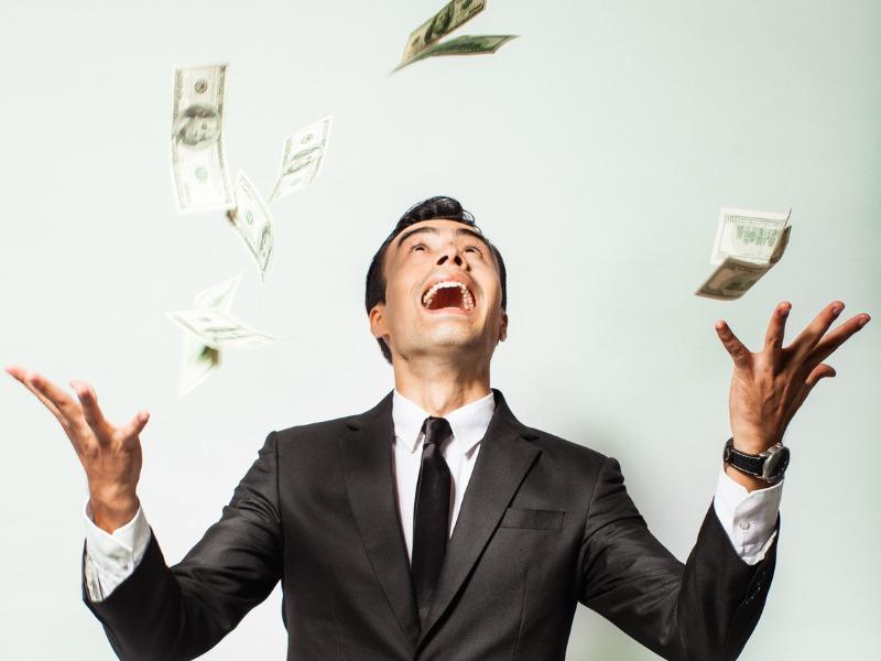 Une pluie d'argent qui tombe sur un homme d'affaires.